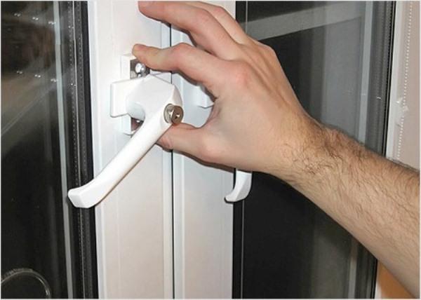 Регулировка пластиковых балконных дверей заклинило ручку..