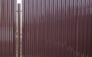 Забор из профлиста: преимущества и недостатки конструкции, технология монтажа