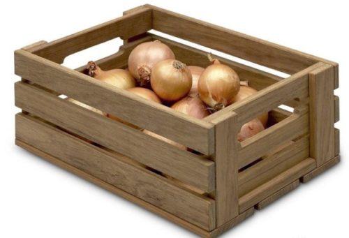 Лук сложен в ящик